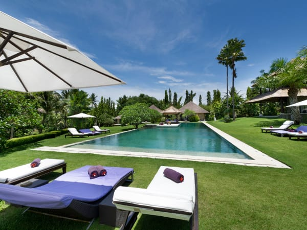 Chalina Estate - Pool, garden and sun loungers