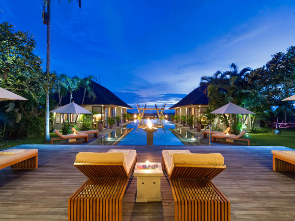 Villa Mandalay - Sun loungers at night