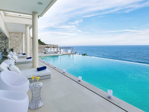 Grand Cliff Front Residence - Relaxing pool side