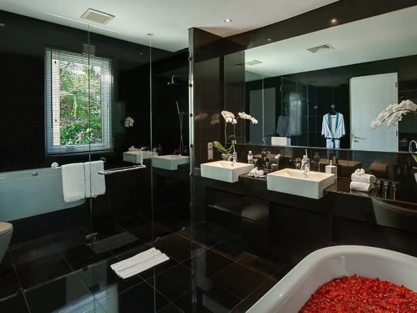 Grand Cliff Front Residence - Bathroom