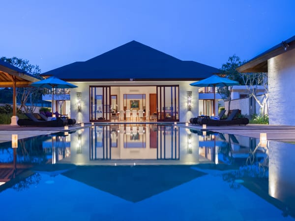 Pandawa Cliff Estate - Villa Marie - The villa lit up at night