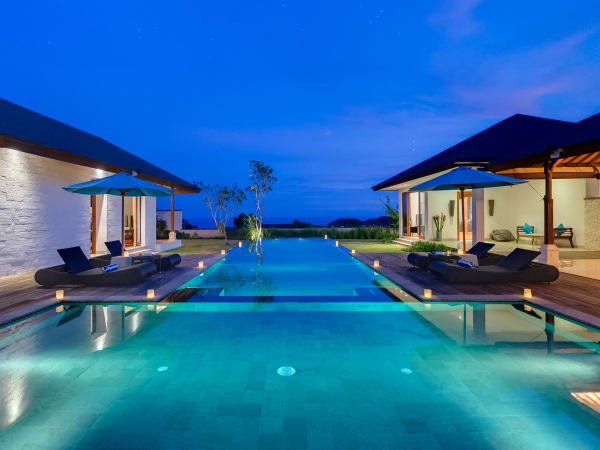 Pandawa Cliff Estate - Villa Marie - The pool lit up at night