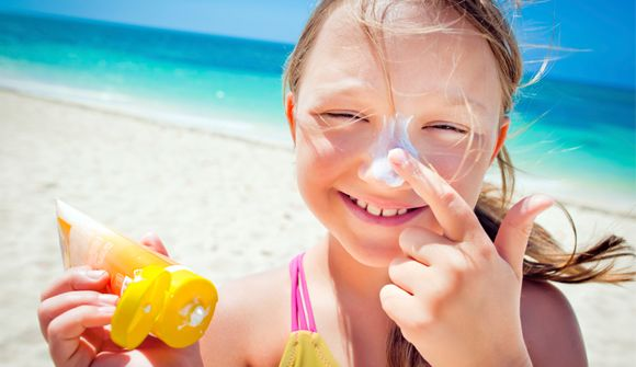 girl applying sunscreen