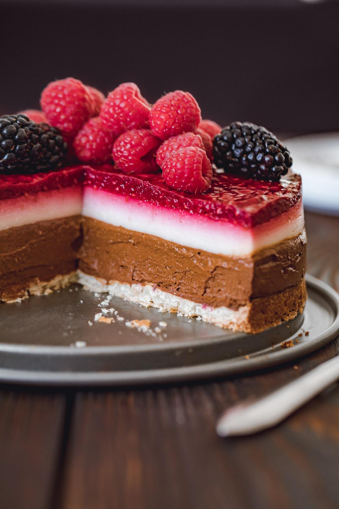 wegańskie ciasto czekoladowo-kokosowe z malinami