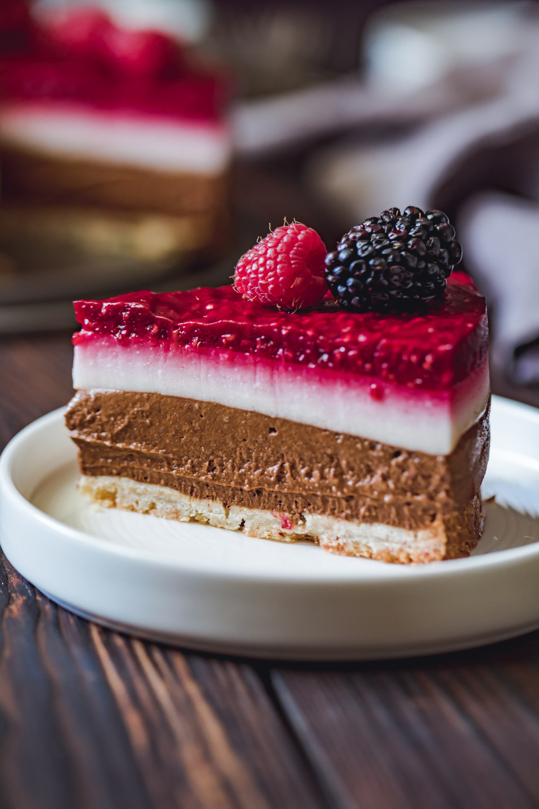 Wegańskie ciasto czekoladowo-malinowe