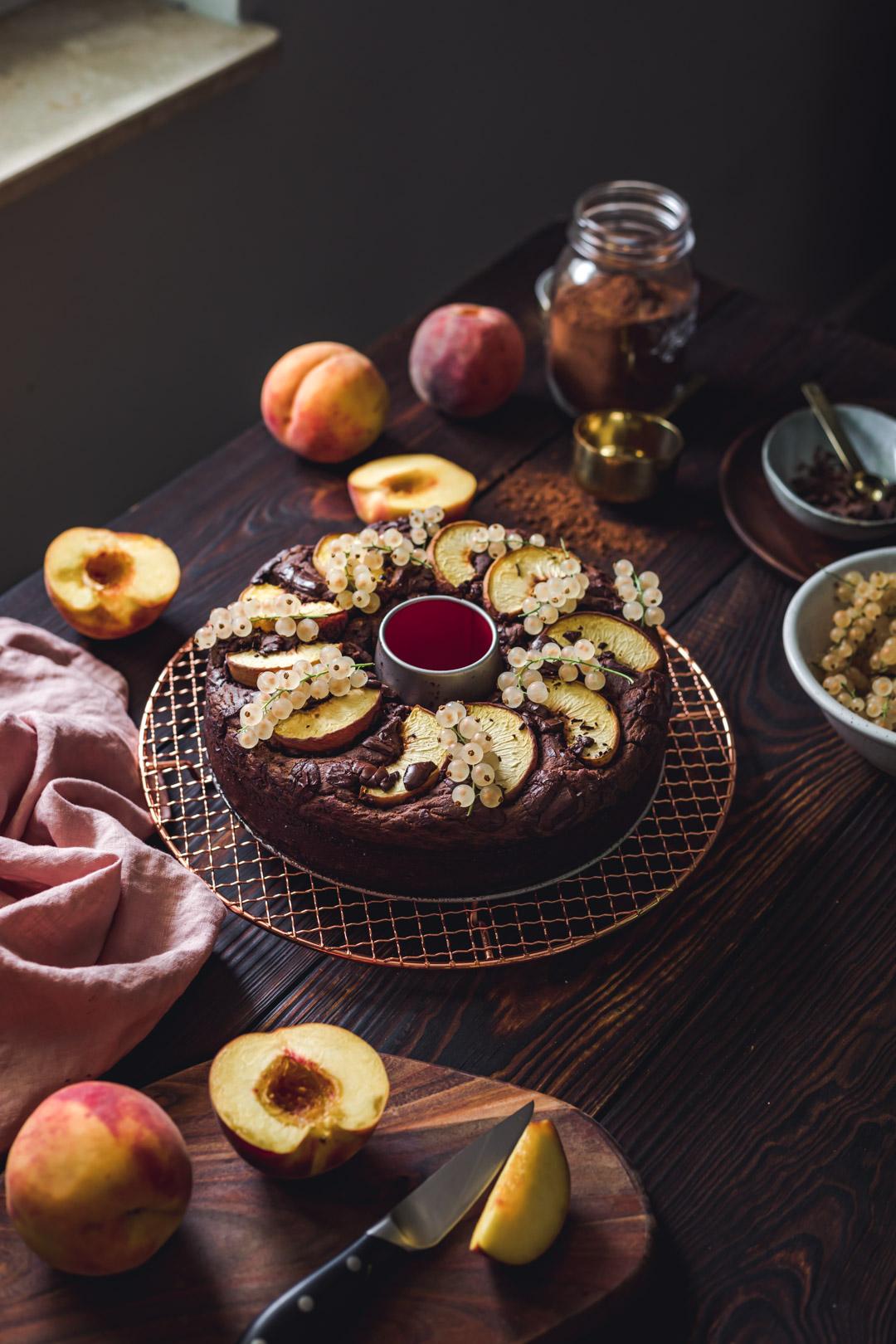 Ciasto czekoladowe z brzoskwiniami i białą porzeczką
