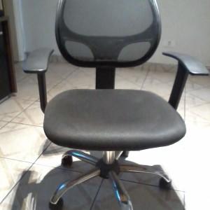 Cadeira giratória com pés cromados e encosto em tela. Retirar no bairro Tatuapé, Zona leste. telefone 11 3530.1789
