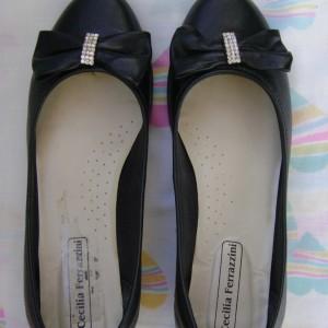Sapato preto com laço com pingente de strass e saltinho. Usada apenas uma vez. Tamanho 34. Marca Cecilia Ferrazzini.