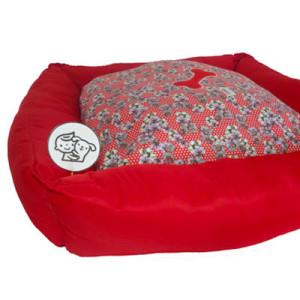 #Cama #PET, com estampa #floral #vermelha, preenchida com fibra siliconada que permite alto conforto e durabilidade - TAMANHO 70 x 70 cm