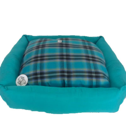 #Cama #PET com linda estampa #xadrez turquesa, preenchida com fibra siliconada que permite conforto e durabilidade - tamanho 70 x 70 cm.