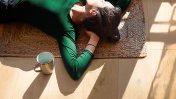 Frau liegt bequem auf dem Boden
