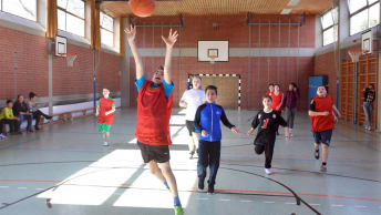 The BayWa Foundation supports basketball training at the Special Pedagogical Support Centre Neuperlach.