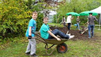 Im Schulgarten lernen die SchülerInnen des SFZ Neuperlach wo das Gemüse herkommt.