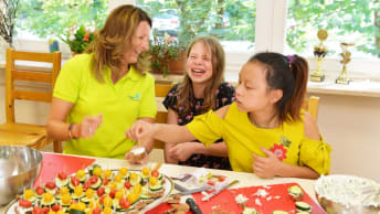 The children of the Tillmann Kinderhaus experience healthy nutrition during various cooking activities