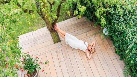 Holzterrassen richtig reinigen und pflegen