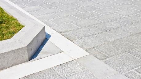 Niedrigere Abwassergebühren: Versickerungsfähige Pflaster für Terrassen, Zufahrten und Wege