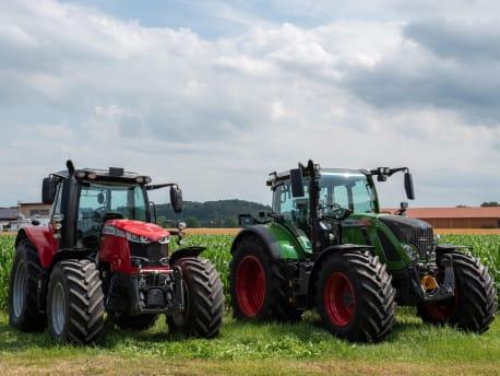zwei-Traktoren-auf-dem-Feld