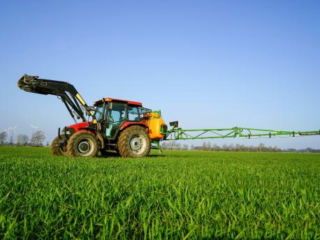 Traktor mit Pflanzenschutzspritze