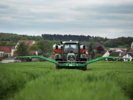 Traktor mit Düngerstreuer und GreenSeeker