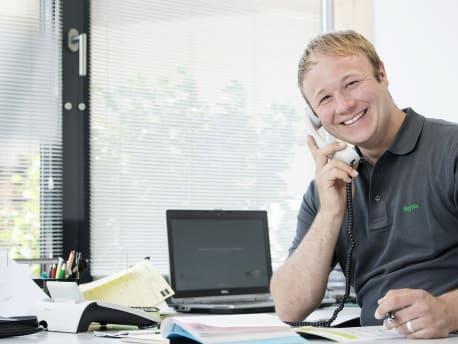 Mann am Telefon, der verkauft