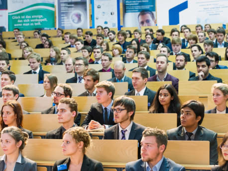 Bild zeigt eine Hörsaal mit Studenten