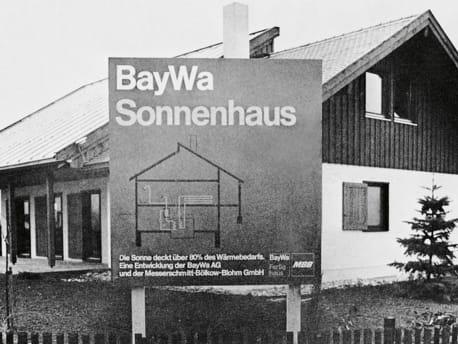 Das BayWa Sonnenhaus mit Werbetafel