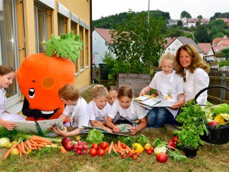 Spielende Kinder mit Maria Thon