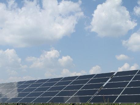 Solarpanels vor blauem Himmel