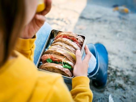 Kind mit Brotdose