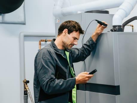Service Techniker bei der Wartung einer Brennstoffzellenheizung.