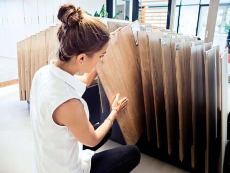 Frau begutachtet die neuen großen Boden-Module bei BayWa Baustoffe.