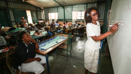 The BayWa Foundation supports young mothers in need in Zambia with vocational training.