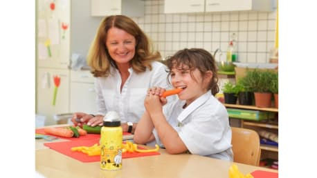 Healthy nutrition in the kitchen with the BayWa Foundation.