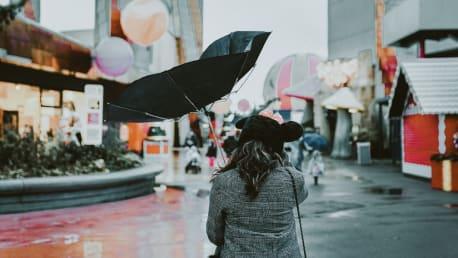 Regenschirm im Wind - Windstärke 6