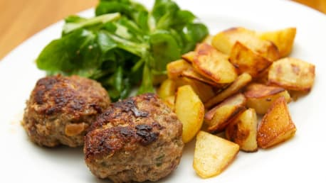 Backofen-Buletten mit Rosmarin-Kartoffeln