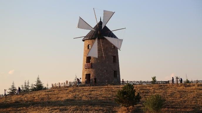 Windmühle mit Segeltüchern