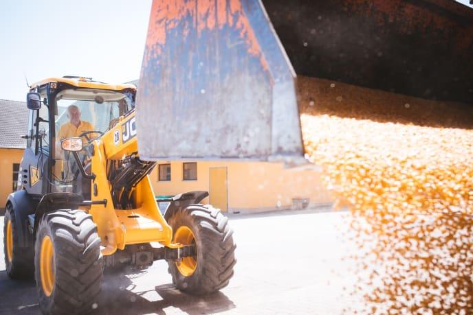 Seppe beim Mais abladen