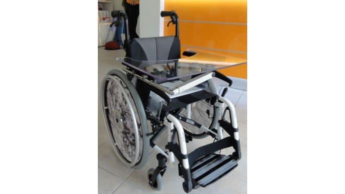 Aktiv-Rollstuhl für Kinder mit Therapietisch