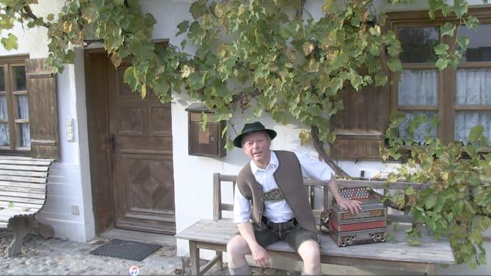 Biobauer und Musikant Wast Brandl vor seinem denkmalgeschützten Bauernhaus