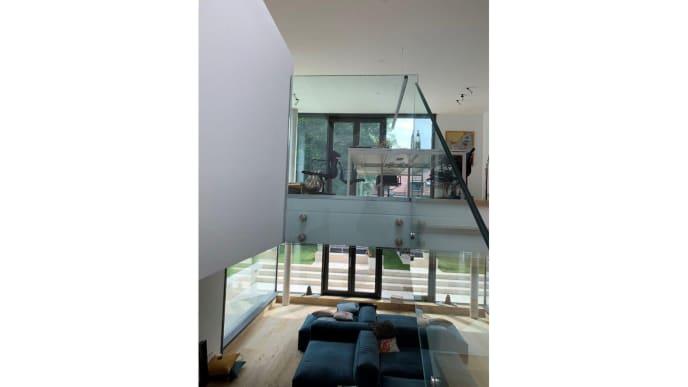Wohnraum mit Glaswänden