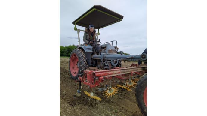 Frau auf Traktor