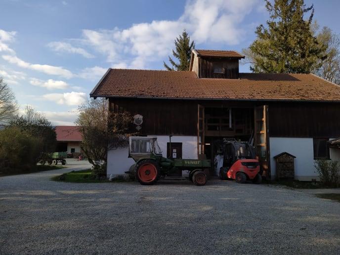 Hof mit Traktor