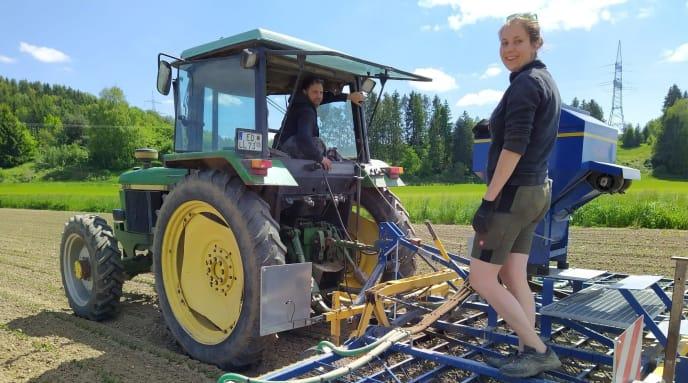 Frauen auf Traktor