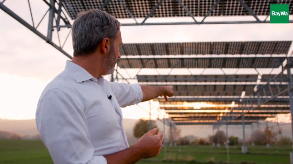 Das Bild zeigt einen Mann unter Agri-PV