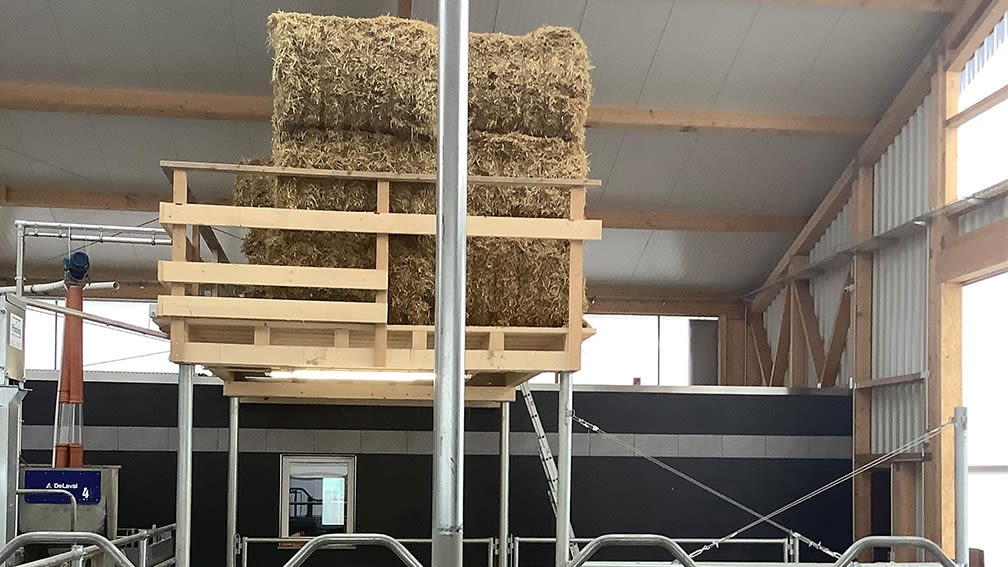 Die Strohbühne ist leicht zu bestücken und bietet zusätzlichen Lagerraum