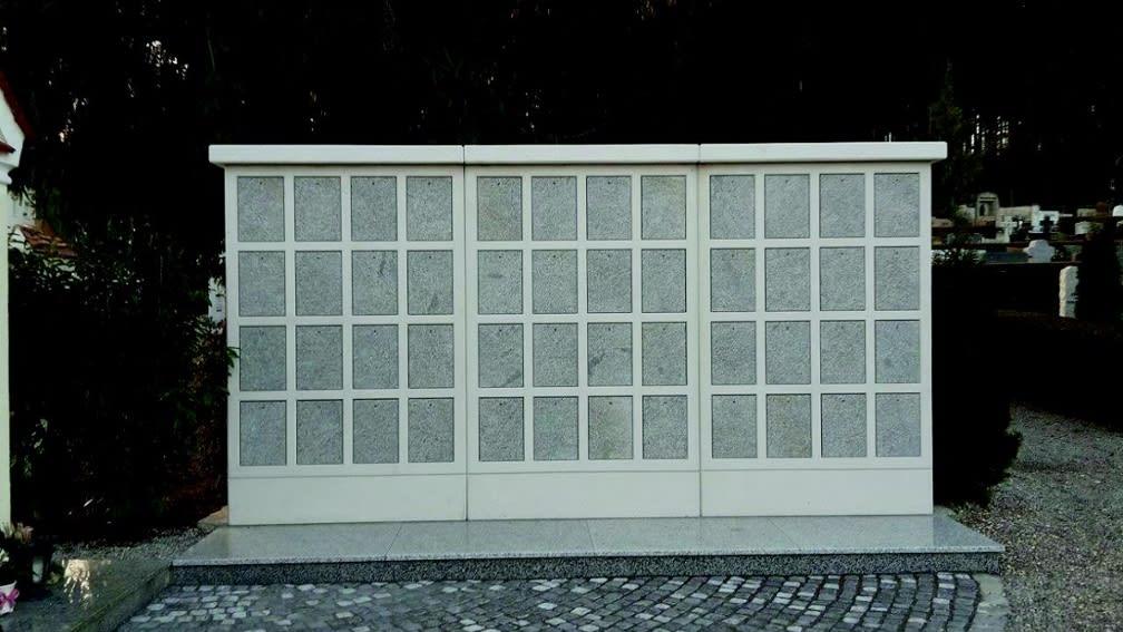Urnenwand System 3725 aus Beton mit feinen Zuschlagstoffen aus Granitsplit, Sichtseiten sandgestrahlt. Verschlussplatten und Blumenbank aus Granit Padang Kristall poliert.