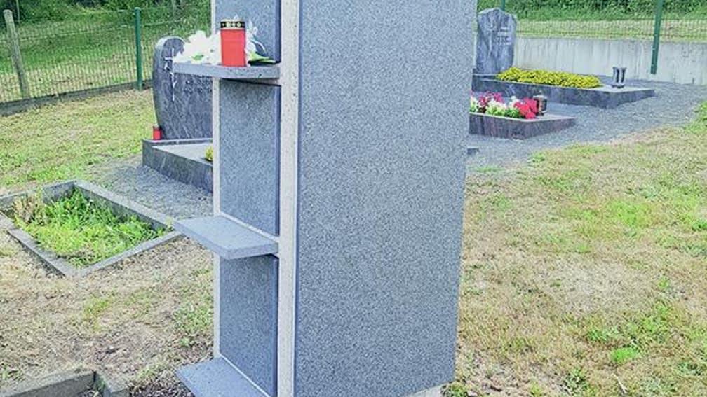 Urnenstele System 4035-31: Betonstele mit Natursteinverkleidung, Blumenbänke Verschlussplatten: aus Basalt geflammt
