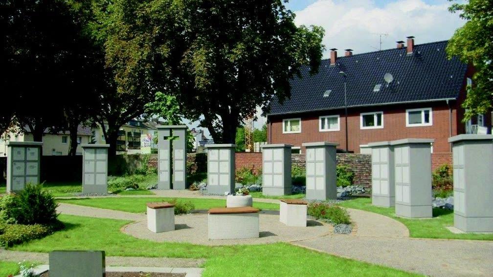 Kreuzstele und Urnendoppelstelen System 4035 Beton anthrazit eingefärbt, sandgestrahlt Verschlussplatten: Granit Padang Kristall