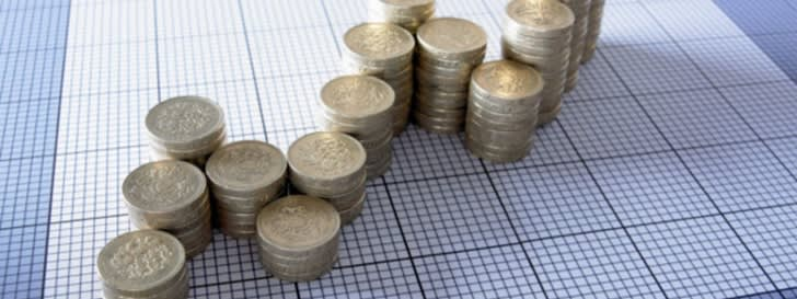 Münzgeld gestapelt auf kariertem Papier