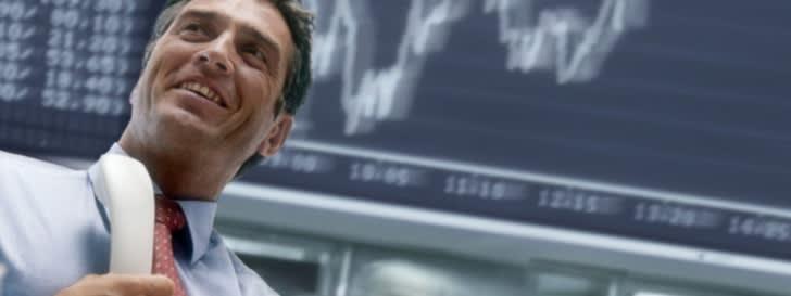 Börsenmakler vor Aktienchart